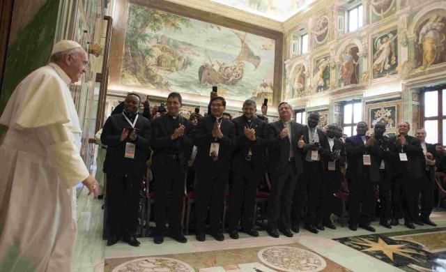Papa Fracisco con Sacerdotes